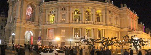 Концерт Жванецкого в Одессе состоялся — зрители стояли в длинной очереди, чтобы войти в театр