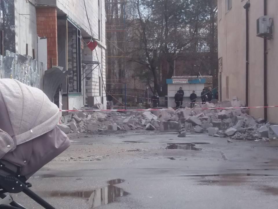 рухнула стена