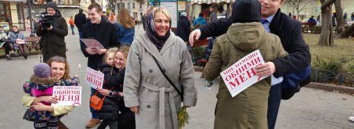 """""""Обнимашки в Горсаду"""" – в Одессе провели милую акцию к международному женскому дню"""