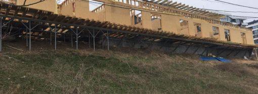 Очередная стройка развернулась на склоне на 13-й станции Б. Фонтана