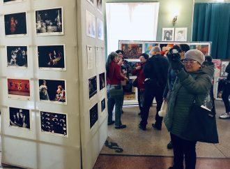 Ко Всемирному дню театра в Одесском ТЮЗе открылась выставка театральной фотографии