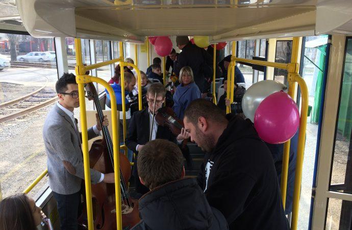 Пассажирок одесского трамвая сегодня оригинально поздравляют с праздником