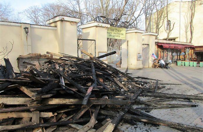 Летний театр: собранный общественниками мусор подожгли неизвестные
