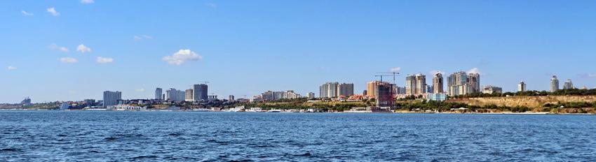 """Панорама с моря Аркадии, которую с двух сторон """"обступили"""" высотные микрорайоны"""