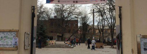 Одесситы высадили деревья в Летнем театре