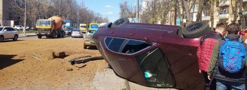 Дыра на проезжей части и перевернутое авто на рельсах: что взорвалось на Фонтане?