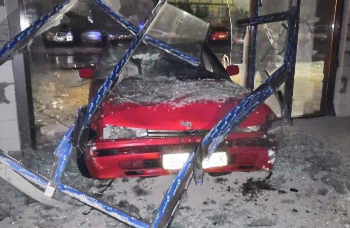Патрульные установили личность водителя, разбившего витрину в Одессе: ему грозит штраф