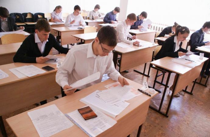 Родители 9-классников жалуются на поборы перед экзаменами, директора получили строгие предупреждения