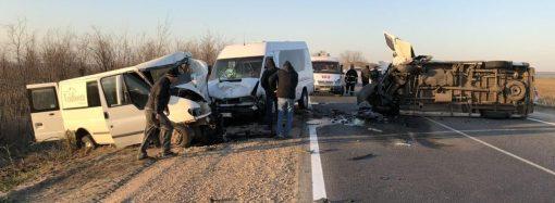 Два столкнувшихся на трассе грузовика зацепили маршрутку с пассажирами, есть жертвы