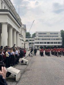 Лауреатов конкурса поэзии приветствует Королевский оркестр