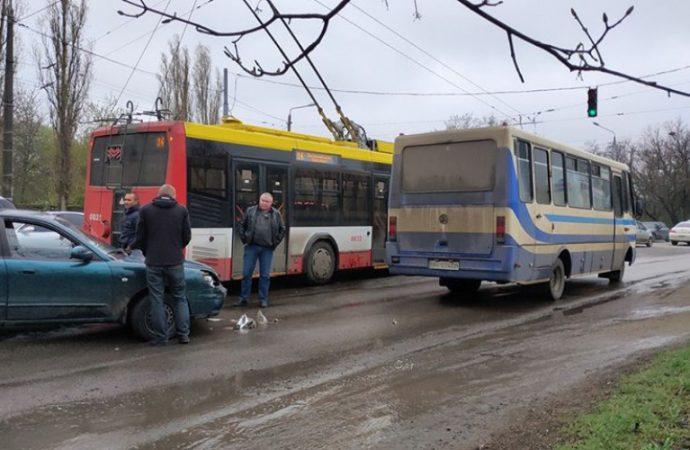 Последствия ДТП с троллейбусом: огромная пробка на оживленной одесской магистрали