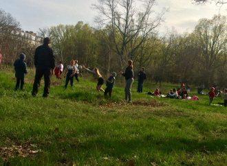 Сотни одесситов сегодня собрались отмечать Пасху в парке 411 батареи