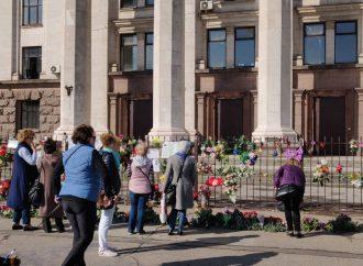 Одесситы с утра идут к Дому профсоюзов помянуть жертв трагедии 2 мая