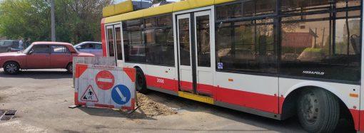 В Одессе троллейбус провалился в яму прямо напротив депо