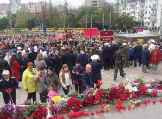 Без провокаций: одесситы из разных районов возложили цветы к мемориалу «Крылья Победы»