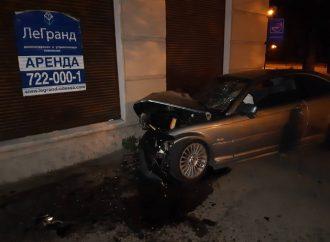 Ещё один ночной гонщик? BMW врезался в стену дома на проспекте Гагарина