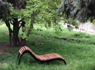Оригинальную скамейку-кресло установили в парке Победы