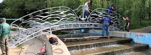 Новый кованый мостик с волнами, якорями и чайками установили на прудах парка Победы