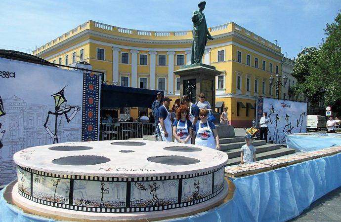 «Самым киношным тортом» угощали одесситов на Приморском бульваре