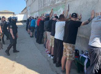 Полиция и спецназ выезжали на задержание двадцати неизвестных, напавших на склады в Авангарде