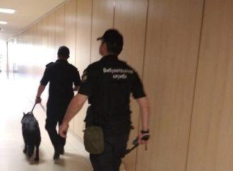"""""""Минирование"""" одесского суда: из здания эвакуировали 250 человек"""