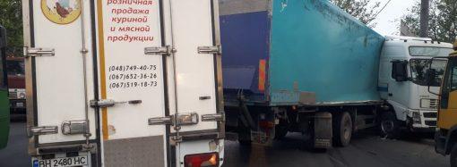 Авария с фурой парализовала движение на въезде в Одессу
