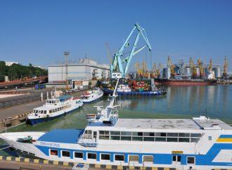 Три специализированных судна убирают «цветущие» водоросли в Одесском порту