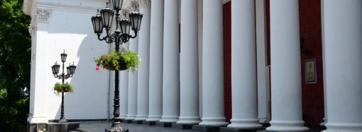 Подвесные чаши с цветами начали устанавливать в Одессе