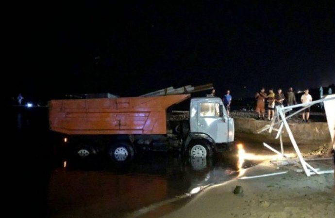Снова автомобиль на одесском пляже: на этот раз грузовик съехал в море