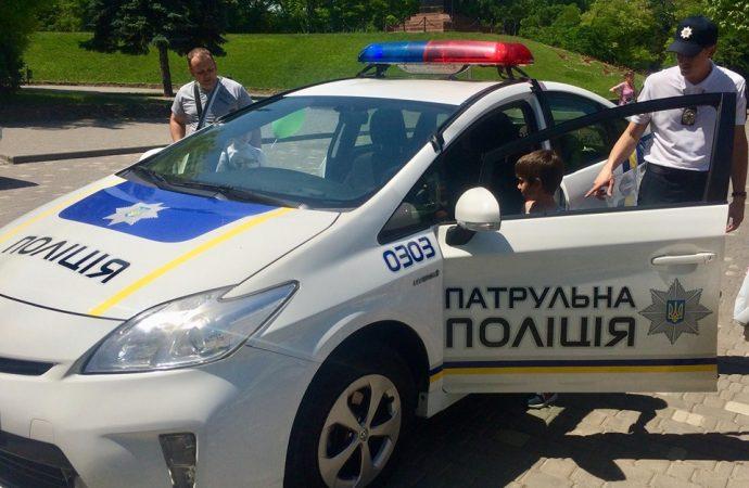 Прокатиться на патрульной машине и поесть солдатскую кашу: полицейские устроили праздник для детей в парке Шевченко