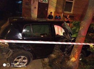 Парень на «Фольксвагене» протаранил два припаркованных авто и обрушил дерево на пешехода