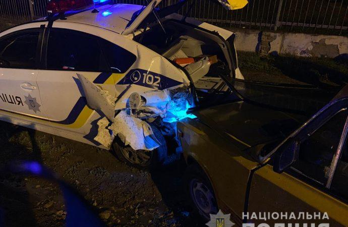 Водитель легковушки протаранил авто полицейских, проверявших документы другого нарушителя