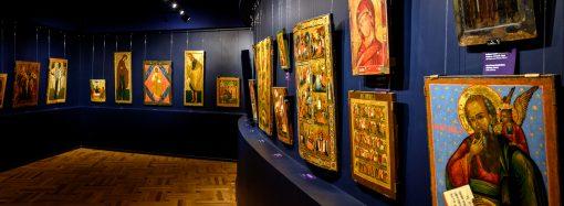 Светлые лики на тёмно-синем фоне: в Художественном музее обновили иконный зал