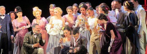 Много чувства и огня: премьера мюзикла «Без вины виноватые» прошла в Музкомедии