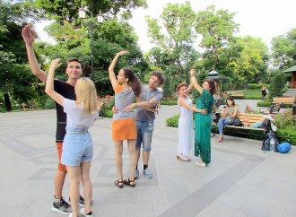 И вальс, и бранль: в Стамбульском парке обучают старинным танцам