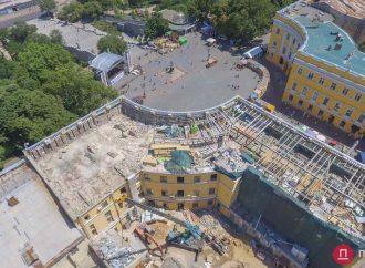 Что строят на историческом здании за спиной у Дюка?