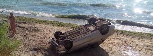 Парковка по-одесски: автомобиль слетел со склона на пляж