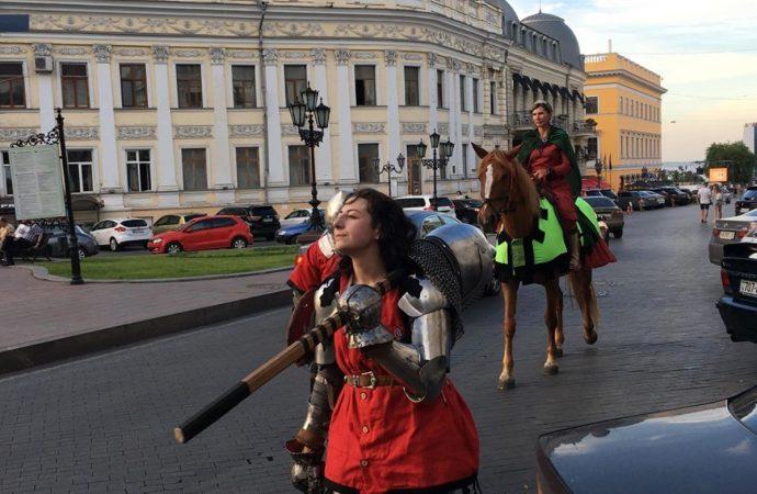 Средневековые рыцари и дамы гуляли по центру Одессы