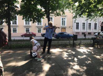 Скрипач с мировым именем играл на одесском бульваре, прикинувшись уличным музыкантом