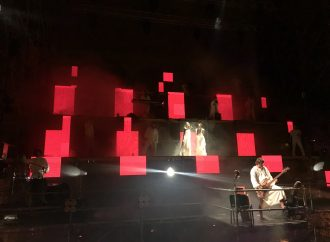 Лазерное шоу, оперная музыка и вокал: на Потемкинской лестнице показали необычное представление