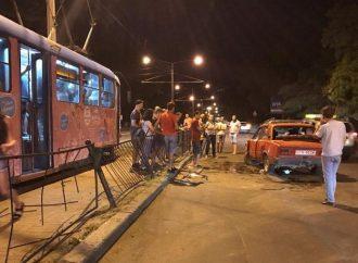 Снова ДТП на трамвайной остановке из-за ночного гонщика. Пострадали два человека