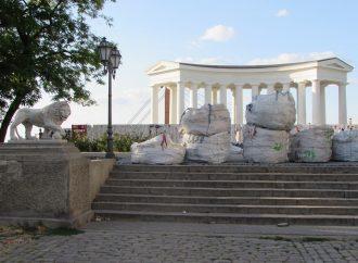 Воронцовская колоннада уже без лесов, но всё ещё в грудах строительного мусора