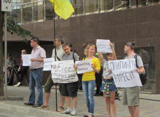 Олегу Сенцову 43: активисты провели очередной митинг возле Генконсульства РФ в Одессе