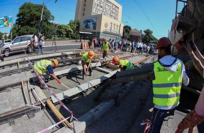 Дорожники показали, как укладывают рельсы на Прохоровской по чешской технологии