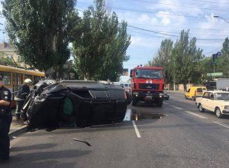 Крупное ДТП на Николаевской дороге: столкнулись внедорожник и микроавтобус
