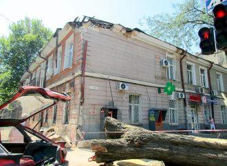 Шквалом ветра разрушена часть крыши дома в центре Одессы