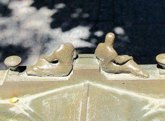 Скульптуру на маленькой копии мэрии уже обезглавили вандалы