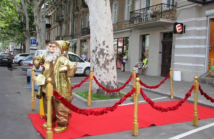 Самый необычный гость «красной дорожки»: в разгар лета в Одессе появился Санта-Клаус