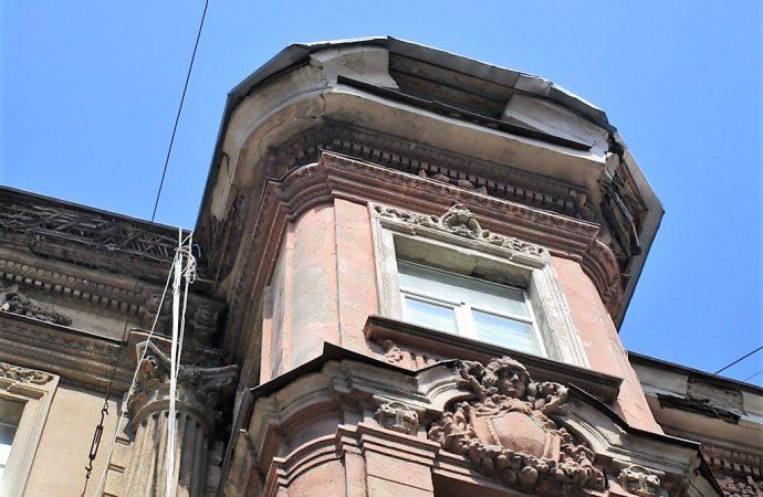 Обвал на Садовой: «куски» декора убрали, проблема осталась