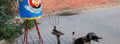 У одесского Дома клоунов появился железный пес с лопатой и вилами
